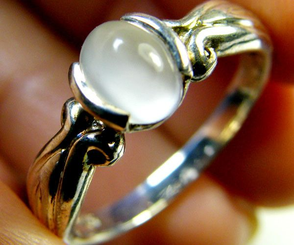 MOONSTONE GEMSTONE RING SIZE 7-7.5 MY 513  Moonstone is a stone that brings happiness as it stabilises emotions giving strenght to combat stress. Moonstones is said to have the ability to project calmness, intuition, success as well as aids in achieving good fortune.