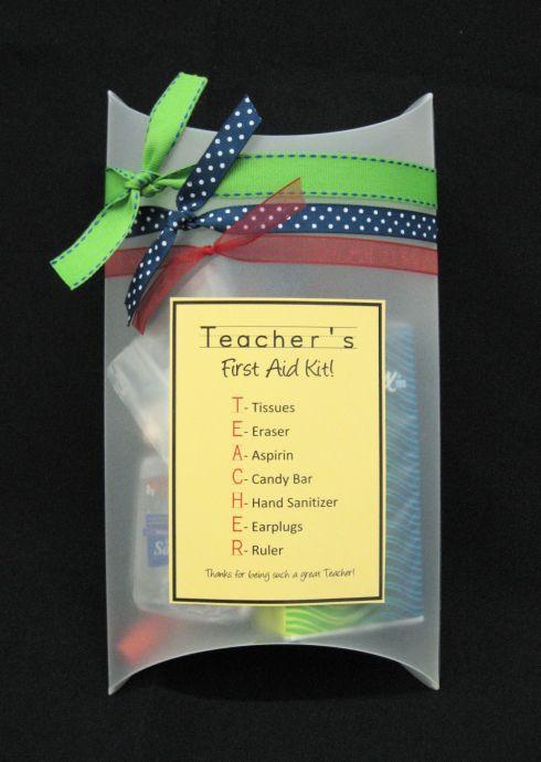 Teacher's first aid kit. Nodig: Doosje, Tissues, Gum, Aspirin, Candy bar, Mini handgel desinfect, Oordopjes, Meetlat/lint. Werkwijze: Stop de spulletjes in het doosje. maak een etiket met de volgende uitleg: T = Tissues. E = Eraser. (gum) A = Aspirin. (paracetamol.) C = Candy bar. H = Hand senitizer (Handgel) E = Earplugs. (Oordopjes) R = Ruler. (Meetlat/lint) Plak de etiket op het doosje en versier het doosje nog met lintjes enz.