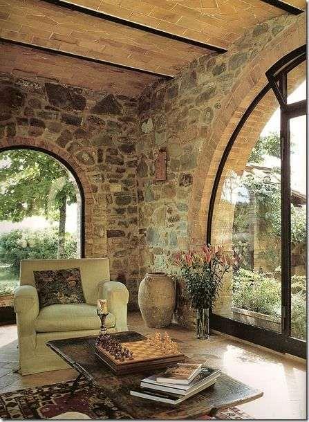 Arredare il soggiorno in stile toscano - Pareti in pietra