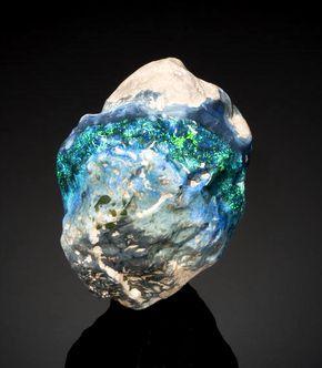 """El Ópalo  """"Halley's Comet"""" registrado en el Libro Guinness  World como el más grande nódulo de ópalo negro. Encontrado en Lightning Ridge, Australia en 1986."""
