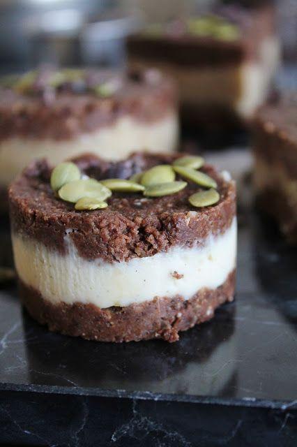 Chocolate vanilla ice cream sandwiches - raw food recipe