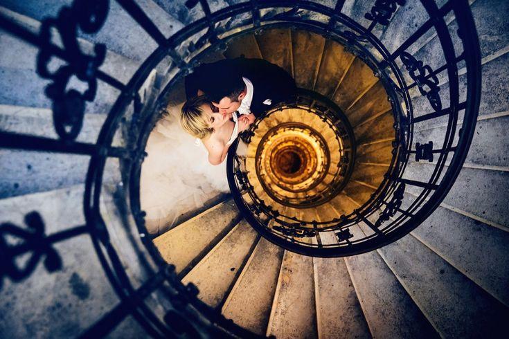 Svatební fotografie ze všech směrů foto umění má zvláštní kouzlo – zachycuje nejšťastnější den párů. Den, kterému předchází spousta starostí a organizačních záležitostí, jako je výběr místa, kde se bude svatba konat, koupě svatebních šatů, zásnubních prstenů apod. Mezi tyto starosti nepochybně patří i výběr vhodného fotografa, který může vytvořit ty nejkouzelnější vzpomínky na den...