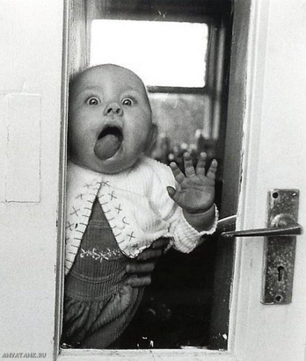 Смешной малыш за стеклом. Черно-белые фото