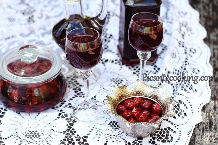 Вишневая наливка и вишни в алкоголе