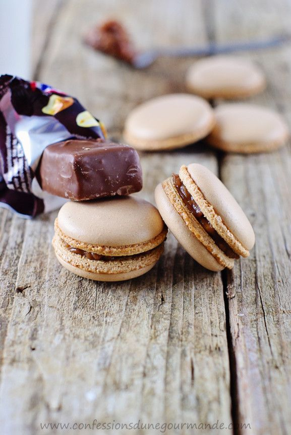 Macarons aux snickers : http://www.confessionsdunegourmande.com/article-macarons-aux-snickers-115659941.html