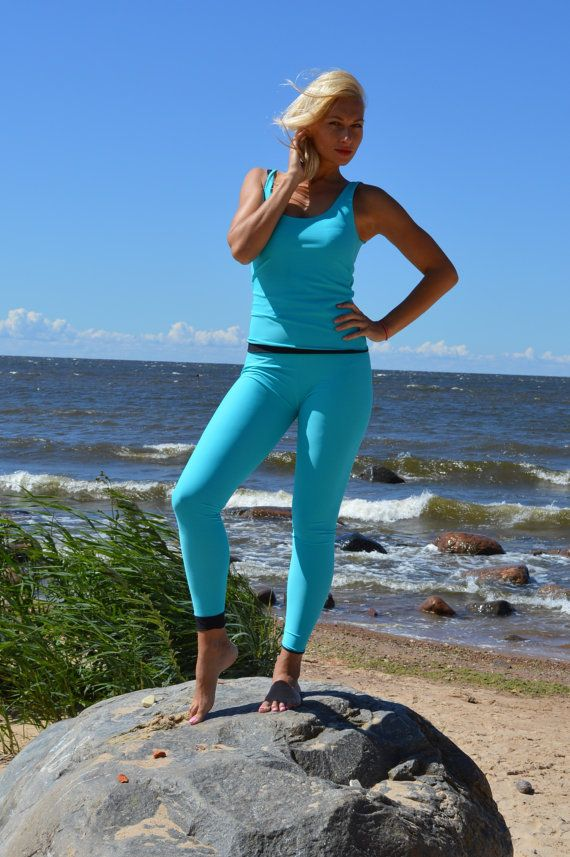 Omkeerbare beenkappen en top, komt in de mooie hemel, sappige blauwe en zwarte kleuren. Mogelijk om te dragen aan beide zijden - sky blauw of zwart, of mix en match! Wees creatief, en verken uw sport set met buis.  De beschrijving van de grootte: 128-134 cm Omkeerbare legging: 75cm, omkeerbare top: 45cm 134-140 cm Omkeerbare legging: 78cm, omkeerbare bovenkant: 47cm 140-146cm Omkeerbare legging: 83cm, omkeerbare top: 50cm 146-152cm Omkeerbare legging: 87cm, omkeerbare top: 53cm 152-160cm…