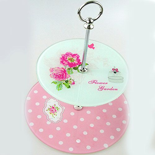 biało-różowa patera idealnie nadaje się do zaserwowania ciasta na przyjęciu komunijnym