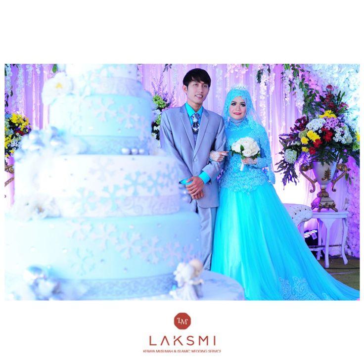 Busana blue ice ini menjadikan kedua mempelai nampak menjadi pusat perhatian  Pernikahan yang memang mengusung tema blue ice dan putih ini nampak bagaikan di negeri dongeng ya dear . . . .  .  .    #laksmi #laksmikebayamuslimah #kebayalaksmi #laskmiislamicweddingservice #laksmigown #kebayamuslimah #kebaya #muslimahwedding #vendorwedding #weddingku #muslim #muslimah #love #fashion #weddings #vendorweddingsurabaya #vendorsurabaya #surabayaweddingvendor #surabaya #weddingsurabaya #kebayasyari