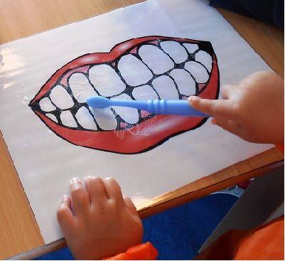 """Margreet Peek (Kinderopvang SKA) heeft leuke activiteiten ingezonden over het onderwerp:   Tandenpoetsen. """"Zet een knuffelvriend of een knuffel van een kindje in de kring.  De knuffelvriend heeft een bekertje met daarin een tandenborstel en tandpasta.  Vraag aan de kinderen wat hij er mee zou kunnen doen.   Praat met de kinderen hoe ze dat dan doen""""   Bent u benieuwd hoe deze activiteit verder gaat? Dan verwijzen wij u door naar blz 33 t/m blz 37 van het GRATIS thema """"spel en plezier"""""""