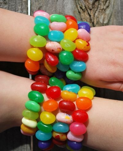 alice loves cartoon street style and candy so why not be like her this summer at festivals and parties and make your own edible fashion jewellery accessories , great way to make friends too, i particularly like these jellybelly multi strand bracelets because even as you get hot the colour of the sweets shouldn't dye your arm and clothes , top tip for energy on the dance floor or festival alice crafts for kids: Jelly bean bracelet DIY. Creative!