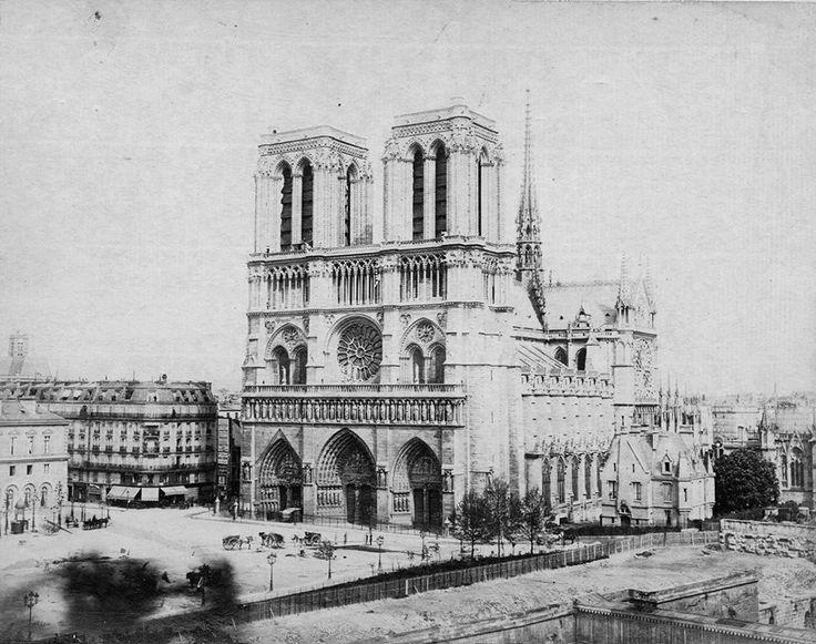 Voici le parvis Notre-Dame vers 1865. Le plus intéressant est en bas de l'image: on voit le chantier de l'ancien Hôtel-Dieu qu'on vient de démolir, on voit également un bout de l'ancien pont au Double qu'on reconstruira en 1883. Et le sculpteur Louis Rochet travaillait encore à la statue de Charlemagne qui ne sera inaugurée officiellement qu'en 1882...