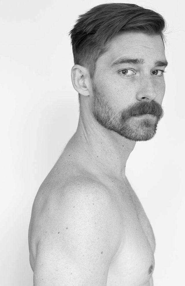 Homme à la barbe et à la moustache avec une coupe de cheveux moderne