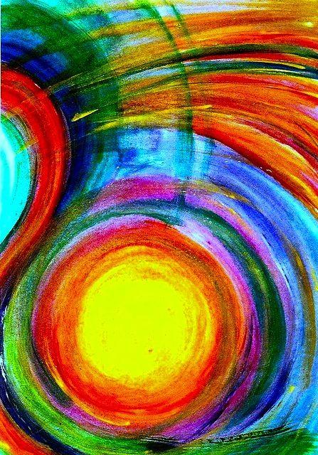 Planeten, of eerder jaarringen? De kleuren maken het moeilijk om te bepalen wat zich hier vormgeeft, maar het is een letterlijke bom van kleur met een middelpunt.