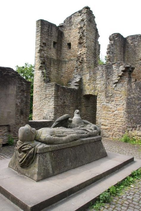 Hohensyburg – Burgruine, Friedhof und Geisterhaus – Helena Carvalho
