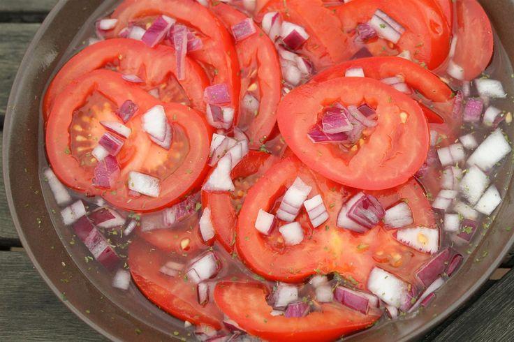 Paradicsomsaláta készítése. Finom paradicsom saláta recept pontos mennyiségekkel, részletes leírással, fényképekkel. Ezt ne hagyd ki!