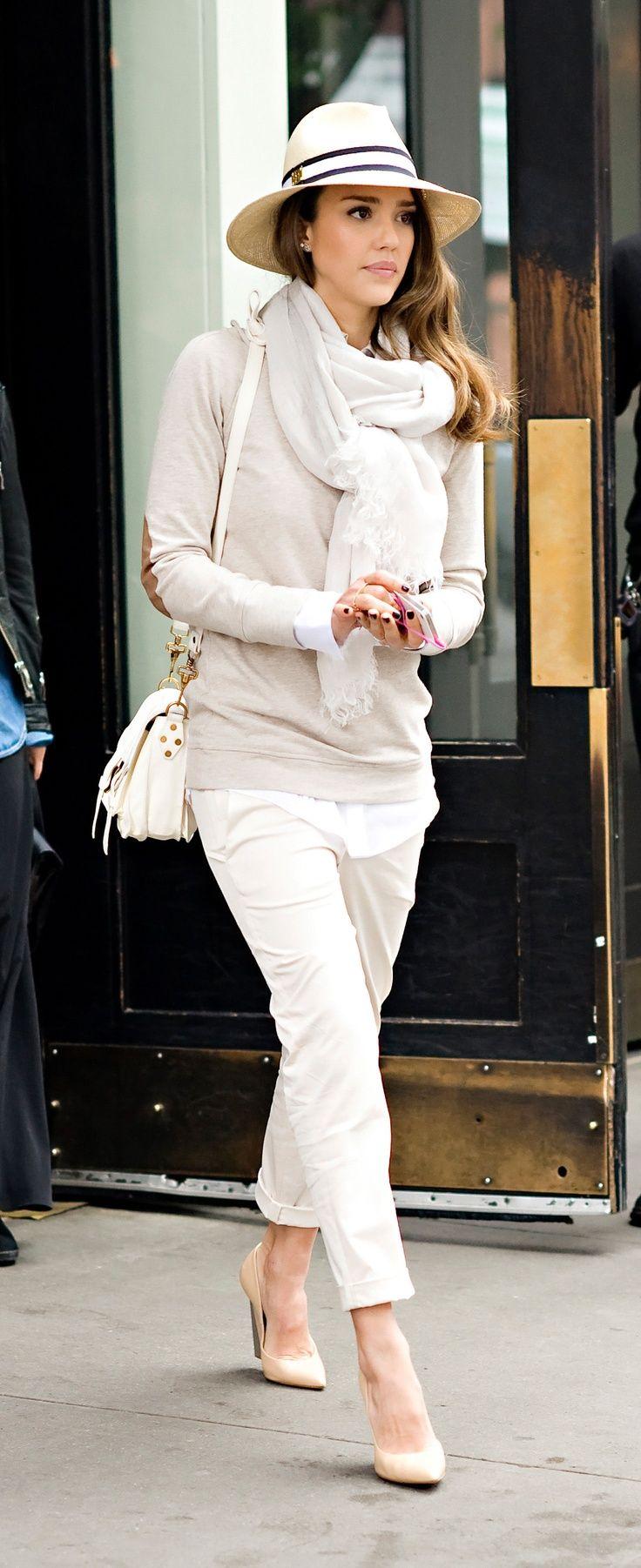 Der Sommer wird weiß, Jessica Alba zeigt uns wie. Lässige 3/4 Hose, Heels, Hemd & Pullover, dicker Schal und classy Hut.