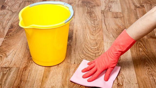 Parkett reinigen, pflegen und Kratzer im Parkett entfernen: Bloß nicht zu feucht putzen. (Quelle: Thinkstock by Getty-Images)
