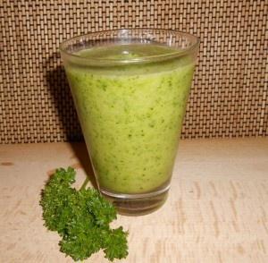 Groene Smoothie met peterselie en ananas - lekker, gezond en verfrissend
