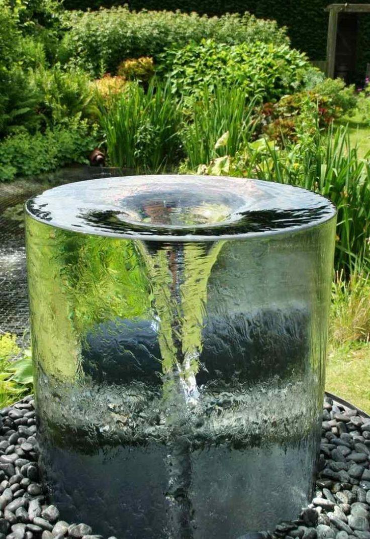 Brunnen in Trichter-Form auf Kiesbeet