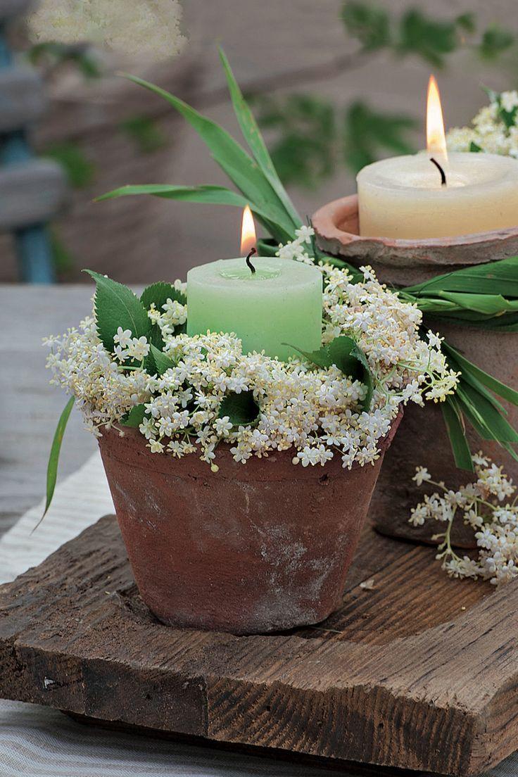 Tischdeko mit Holunderblüten und Kerzen