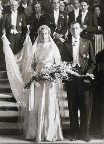 ]La novia lució un vestido plateado con siete metros de cola, y en su cabeza una tiara de flores de azahar llevadas desde Sevilla, la ciudad donde creció.