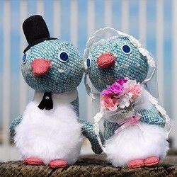 身長15センチ、横幅11センチ、奥行き9センチ(新郎)のペアのペンギンのぬいぐるみになります。ドットが織り込まれたブルー系のツイード生地になりますウエルカムアニマルとしてご利用いただいたり、お祝いのプレゼントに喜んでいただける作品だと思います。昔からサムシングブルーといって結婚式に何かブルーの物を取り入れると幸せになれるという言い伝えがあるそうです♪