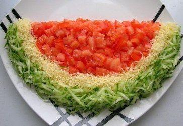 """салат """"Арбузная корка"""" любимые ингредиенты, спрятанные под помидорно-сырно-огуречным украшением, еще маслины можно положить, как косточки"""