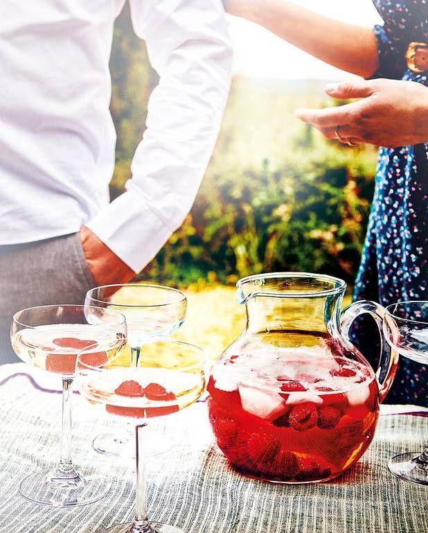 Sangria au vin pétillant pour 4 personnes - Recettes Elle à TableIngrédients      1 bouteille de prosecco 125 g de framboises 125 g de fraises sucrées et parfumées 8 cl de cointreau ou de grand marnier 50 à 70 g de sucre (selon votre goût)       20 cl de limonade 1 orange 1 petit citron jaune bio 1 citron vert bio glaçons