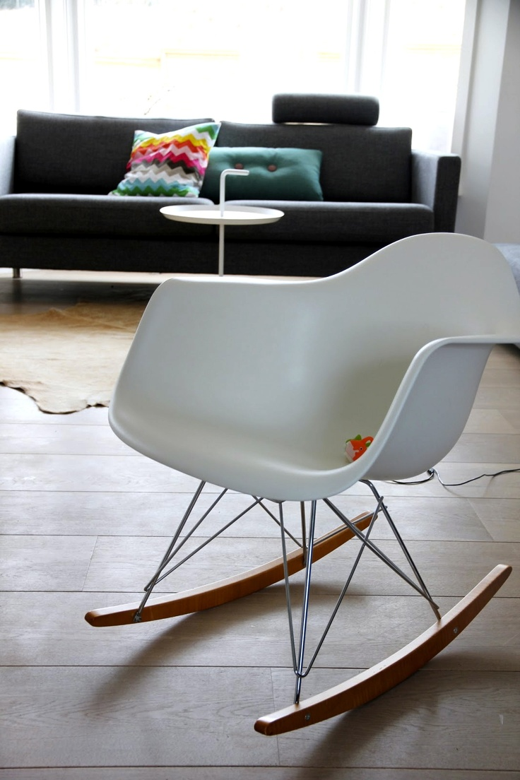 Schaukelstuhl swing insp eames rocking chair rar ahorn - Via Cecilie Eames Rocker Hay Dlm Table And Dot Pillow