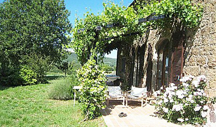 Casale con giardino di 1 ettaro con alberi da frutto e uliveto