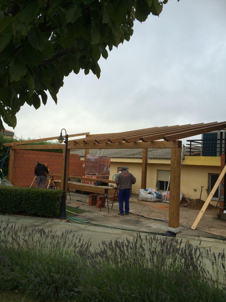 Construcci n de un gran porche de madera de 80 metros - Porche de madera paso a paso ...