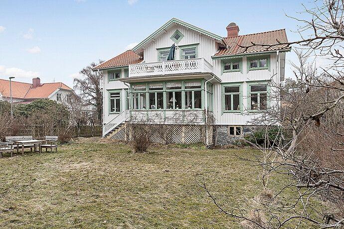 Ett hus att älska! Detta charmiga hus har fler stora rum och härliga ytor för social samvaro. Underbar veranda och flera kakelugnar. Mysig, lättskött och insynsskyddad tomt. Badrocksavstånd till sa...
