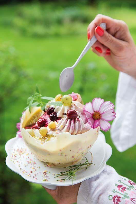 W dwóch rondelkach skarmelizuj po łyżce cukru. Dodaj do jednego 300 g czerwonego agrestu, do drugiego 300 g zielonego. Gotuj, aż cukier się rozpuści, a agrest.... CZYTAJ DALEJ: http://www.werandacountry.pl/przepisy/przepis/1473-krem-w-miseczkach-z-czekolady  Przepis i zdjęcie: Kinga Błaszczyk-Wójcicka  #deser #czekolada #biała #wesele #komunia #urodziny #imprezy #przyjęcia #ogród #jesień #rocznica #pomysły #inspiracje #ciekawe #kobiece #kulinaria #prezent #przyjęcia #dekoracje