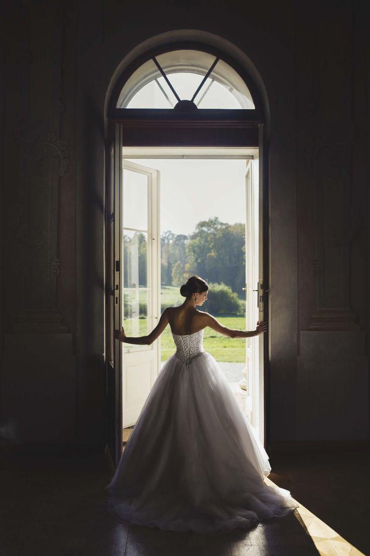 Krásna nevestička Magdalénka...  Dobrý deň, v prílohe posielam niekoľko fotiek zo svadby. Ešte raz Vám chcem veľmi poďakovať za ochotu pri výbere šiat a príjemný prístup. So šatami aj doplnkami som bola veľmi spokojná a Váš salón odporúčam všetkým budúcim nevestám.   Magda www.salonbetty.sk