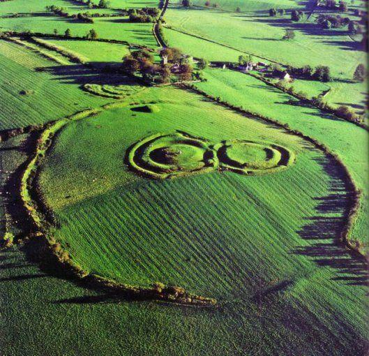 @solitalo En la mitología irlandesa, Tara es la capital de Irlanda, situada en la provincia de Midhe, en una colina del centro de este país celta. En un pasado lejano, Irlanda se divide en cuatro p…
