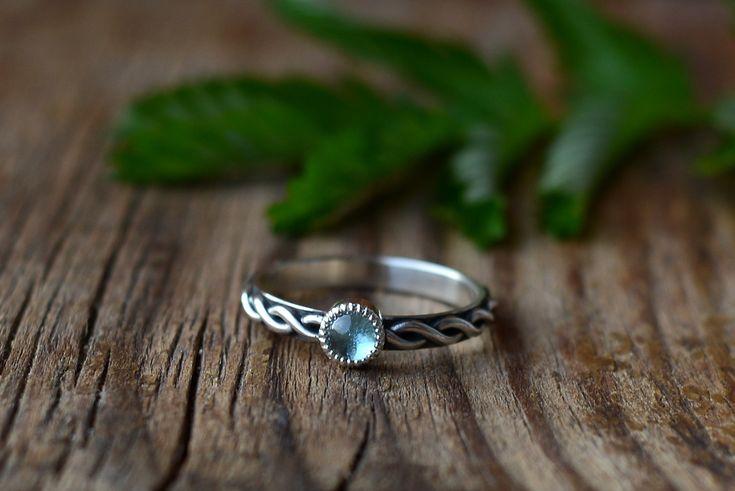 <p>Кольцо исключительно ручной работы.</p> <p>Натуральный камень 2-4 мм на выбор.</p> <p>Очень стильное с винтажной ноткой колечко.</p> <p>Прекрасный вариант для помолвочного кольца.</p> <p>Стоимость указана в серебре.</p> <p>В золоте стоимость 21-23 тыс в зависимости от размера и камня.</p>