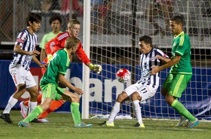 Sunderland's Jordan Pickford (2nd from L) Jack Rodwell (R) in action against CF Pachuca's Ruben Botta (2nd from R)