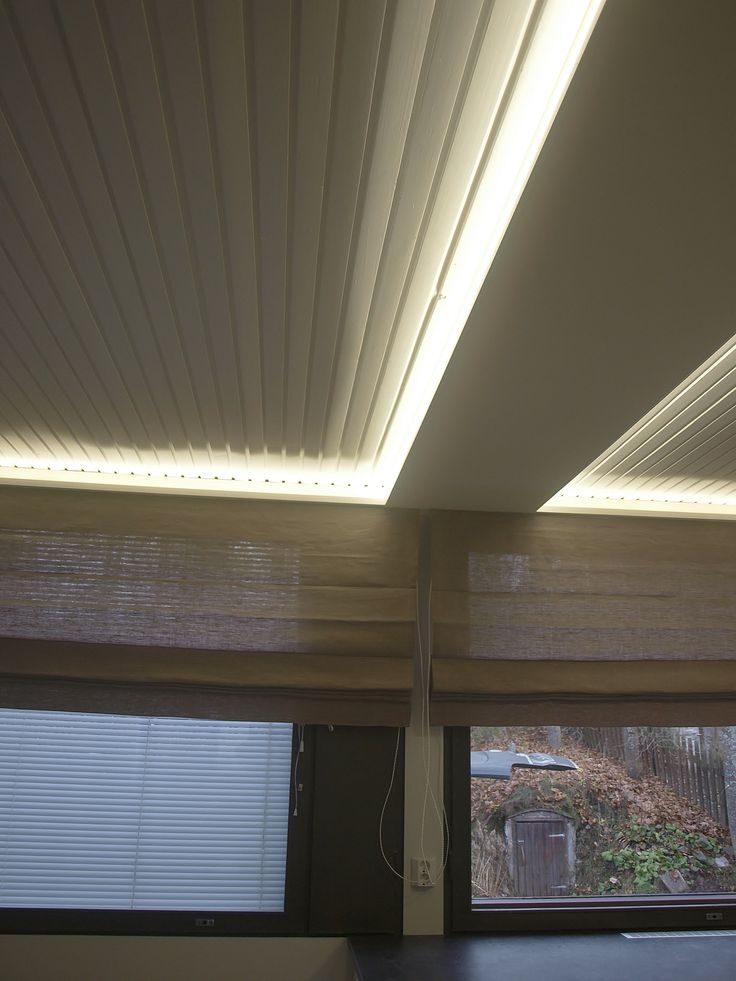 A wall between the kitchen and dining room was removed. New led roof lightning makes the trick: it's almost seems like the wall never existed.