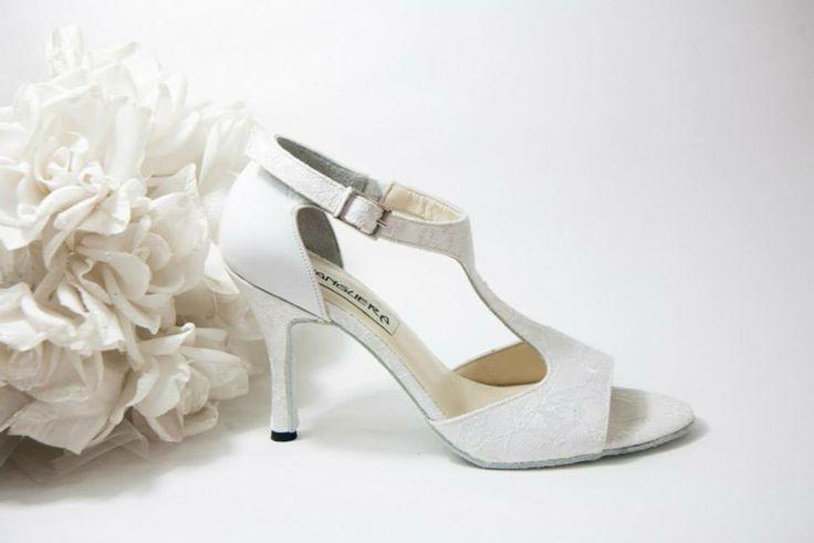 Paulina  Λευκή ανάγλυφη δαντέλα εμπρός με T-Strap. Λευκό δέρμα ή δαντέλα πίσω. (Ρωτήστε μας για διαθέσιμες δαντέλες) Ασημί τακούνι σε 7.5, 9 & 10 cm  (Επιλογή:Ντυμένο τακούνι από ιβουάρ σατέν ή δαντέλα)   White Nights...Χειροποίητη Νυφική Συλλογή!!! join us...www.facebook.com/todosbailar