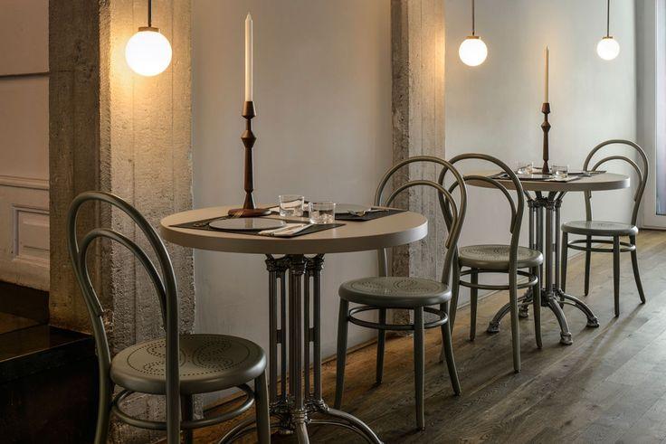 La sedia Thonet n. 14, realizzata dal falegname e intagliatore Michael Thonet, è un classico del design di interni, una delle sedie più famose al mondo.