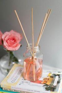 Diffuseur de parfum à faire soi mêmeRemplissez la bouteille d'¼ d'eau et d'¼ de vodka, puis ajoutez y 20 gouttes d'huiles essentielles avec le colorant alimentaire si vous le souhaitez. Vous pouvez faire la combinaison qui vous convient : citron, pamplemousse, citronnelle… Maintenant, placez quelques brochettes en bambou dans le liquide. Elles aideront à libérer le parfum dans l'air.