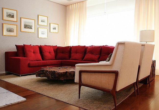 cortina banca com sofá vermelho