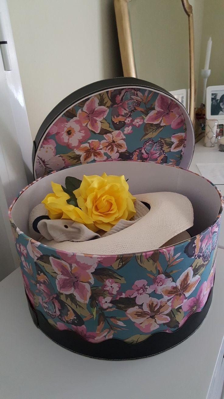 Caja Sombrerero. Forrada y adornada con tiras imitando piel