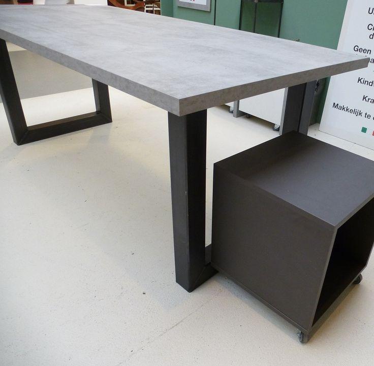 blad beton look met zwart stalen onderstel. Beton heeft voelbare structuren. Blad heeft melamine toplaag. Zie www.tavoloenzo.nl