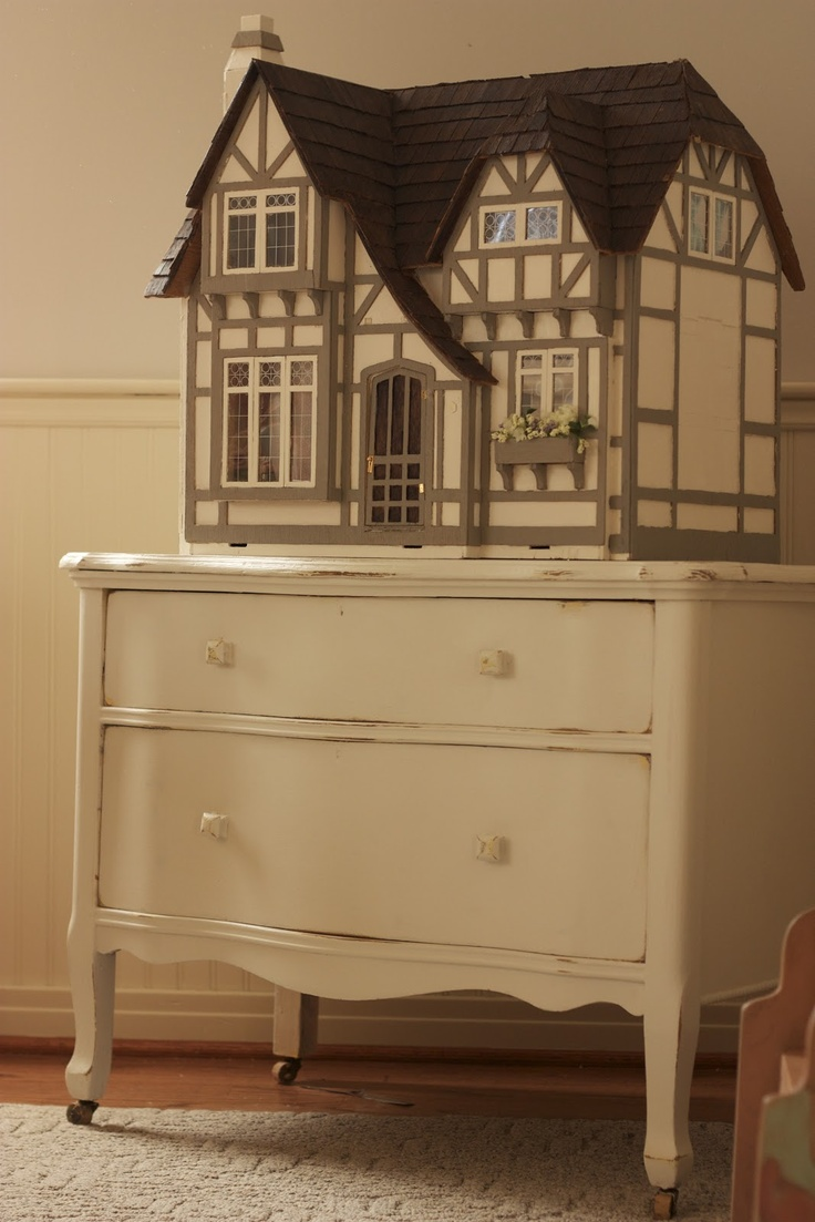 Tudor dollhouse (Greenleaf Glencroft). If only I had the room to put this somewhere.