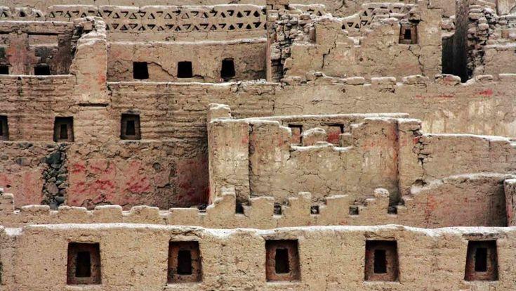 77/ HORIZON RÉCENT. INCA. Tambo Colorado. sur la côte. C'est un exemple d'architecture inca en adobe. «Tambo» est une sorte de caravansérail disposés le long de l'immense réseau routier inca, Capac Ñan, 20à 30km de marche les uns des autres, ce qui facilitait le ravitaillement et les échanges. On avait toujours une résidence destinée à accueillir le souverain lors de ses déplacements. Toujours une place centrale, avec l'ushnu. Le nom vient des murs peints.
