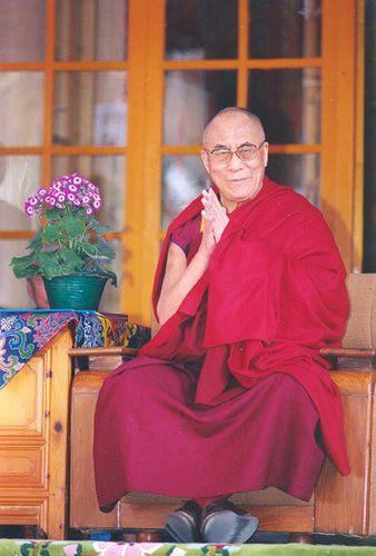 """""""Este es mi religión simple. No hay necesidad de templos, no hay necesidad de filosofías complicadas. Nuestro propio cerebro, nuestro propio corazón son nuestro templo y la filosofía es la bondad"""" – Tenzin Gyatso 14º Dalai Lama"""