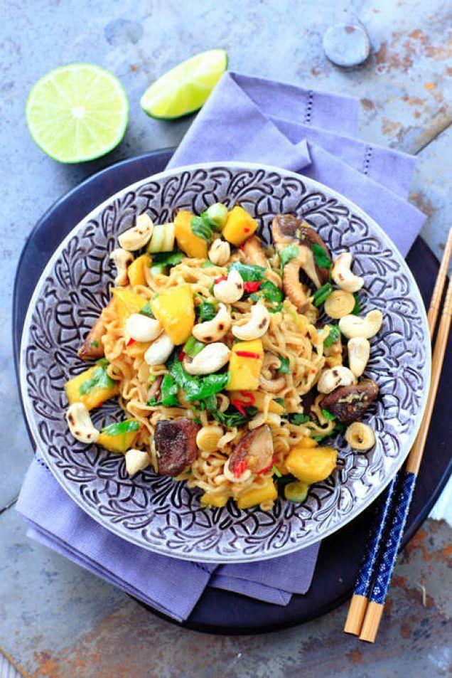 Vegetarisk nudelrätt med shiitakesvamp, mango och en frisk citrusdressing. För den som inte vill äta vego passar nudlarna bra tillsammans med grillad lax.