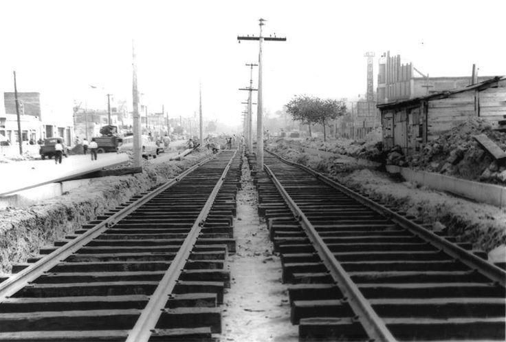 Imagen de la Calzada de Tlalpan, a la altura del metro Portales.  La vista es hacia el centro de la ciudad.  Se puede apreciar del lado derecho el Cine Ajusco, hoy desaparecido y, además  las vías que posteriormente dieron su lugar a la red del Metro.