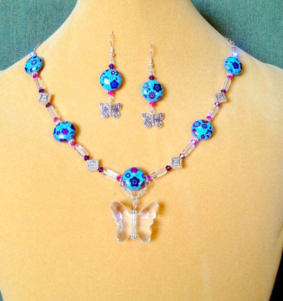 Blauwe vlinder en bloem ketting en oorbel set / door designsbysheri